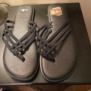 Sanuk black flip flops Size 10. Never worn. Cute!